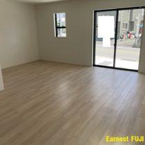 ※写真では床の色が違って見えますが、光の加減です。実際はホワイトに近い床材です。(居間)